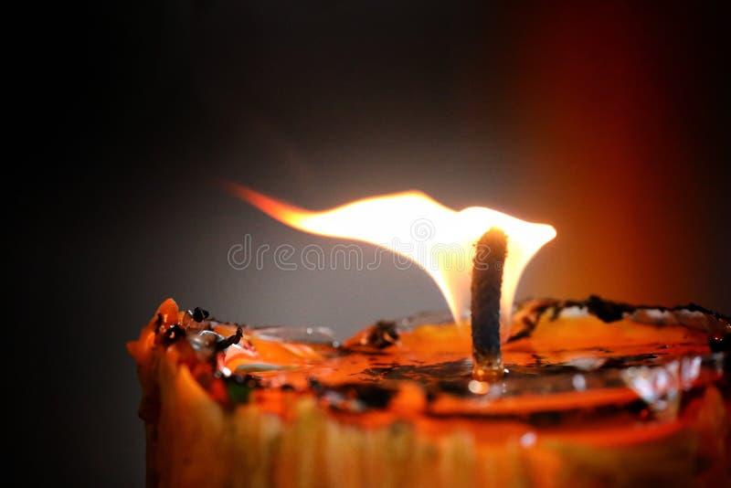 Realistisk stearinljusflamma som isoleras p? svart bakgrund l?mna utrymme f?r logoer, anv?nt f?r websitebaner royaltyfri bild