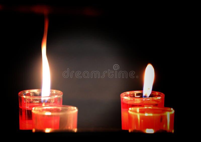 Realistisk stearinljusflamma som isoleras p? svart bakgrund l?mna utrymme f?r logoer, anv?nt f?r websitebaner arkivbild