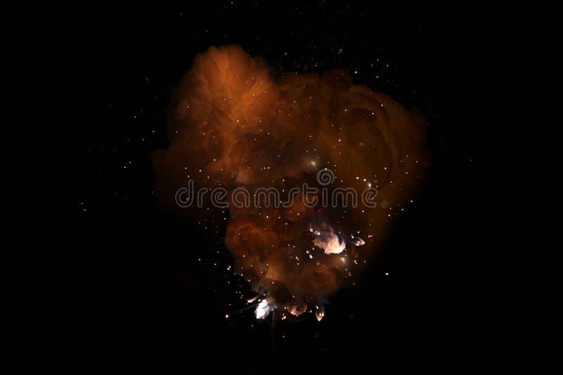 Realistiskt brännhett bombarderar mörk explosion med gnistor och röker arkivbild