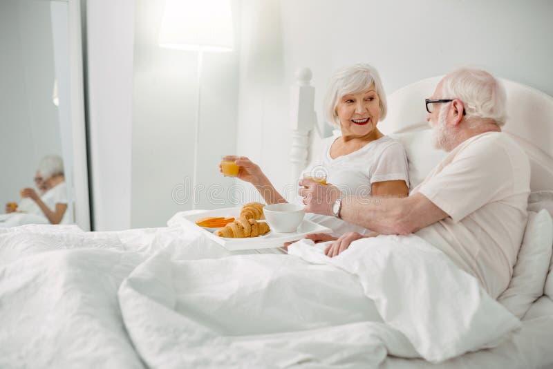 Realitet åldrades par som tycker om målet royaltyfria bilder