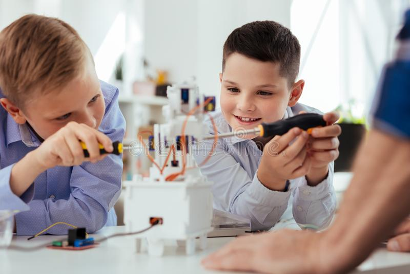 Realitet gladde pojkar som har en vetenskapsgrupp royaltyfria foton