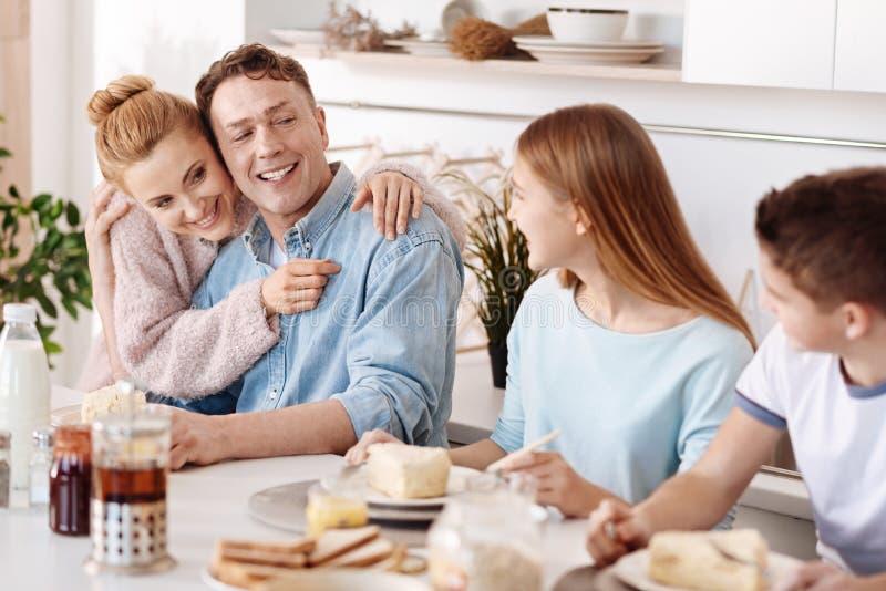 Realitet som älskar föräldrar som känner sig stolta av deras barn arkivbilder