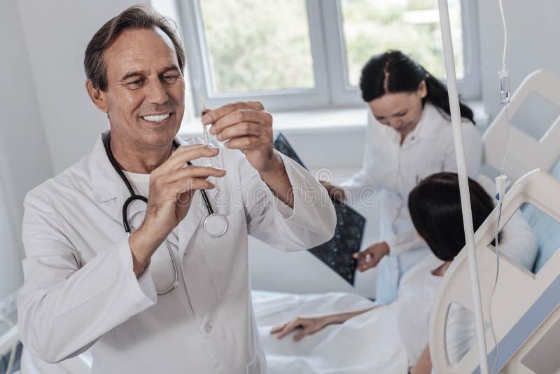 Realitet vara besvärad doktor som får klar för injektion royaltyfri fotografi