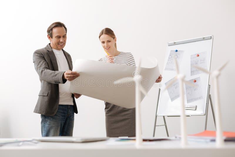 Realiteten iscensätter att diskutera projekt av byggnadsvindturbiner arkivbilder