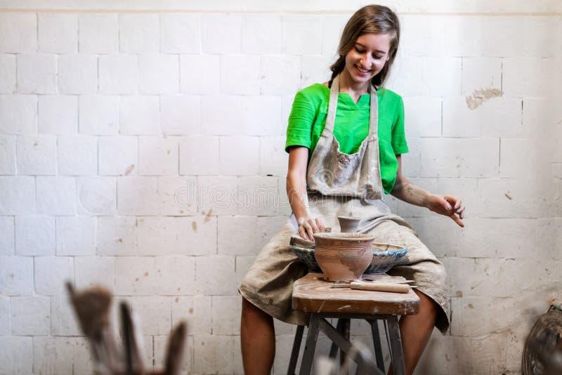 Realiteten jublar den härliga attraktiva damkonstnären hennes workwear s royaltyfri fotografi
