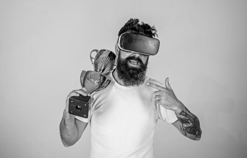 Realização destravada Vitória da sensação em jogos da realidade virtual Consiga a vitória Posses farpadas dos auriculares do vr d foto de stock
