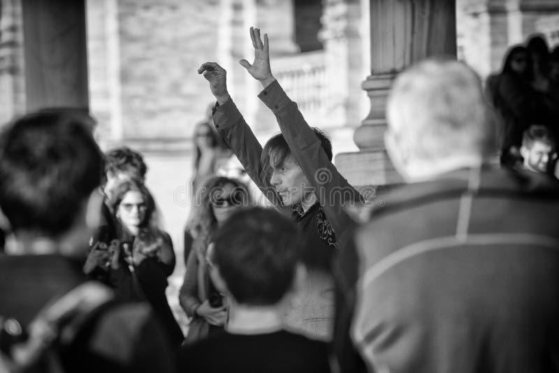 Realiza flamenco con los músicos en Sevilla foto de archivo