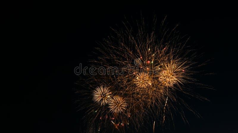 Realización dinámica del saludo en el día de la ciudad, final de explosiones grandes de fuegos artificiales en el cielo nocturno imágenes de archivo libres de regalías