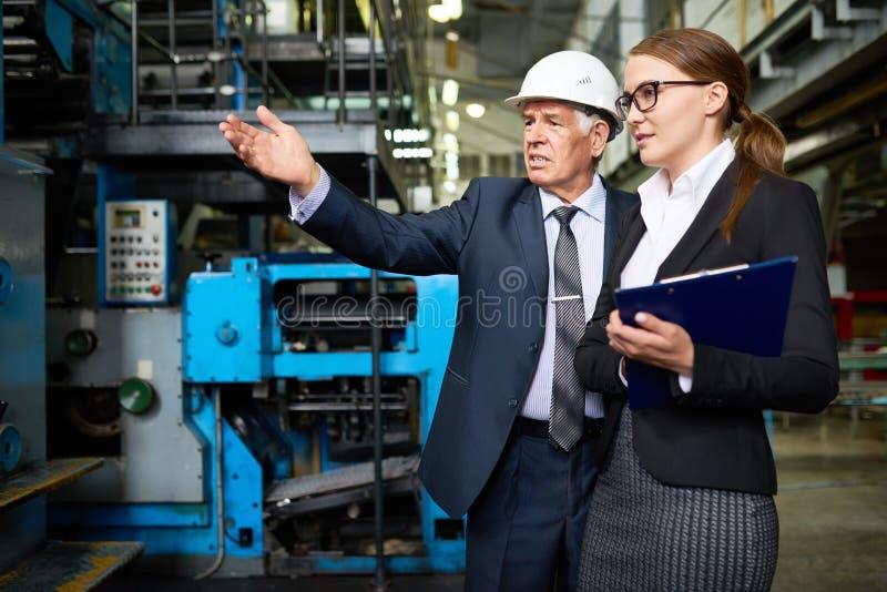 Realizando a inspeção na planta foto de stock