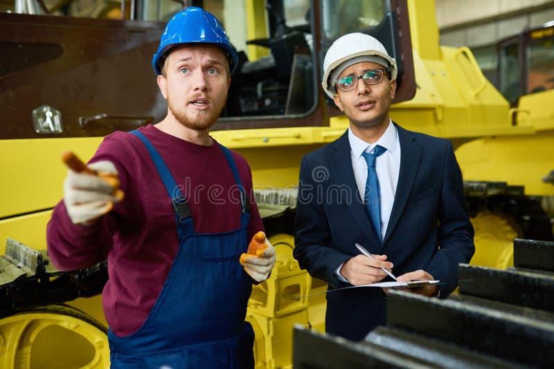 Realizando a inspeção no armazém da fábrica imagens de stock royalty free