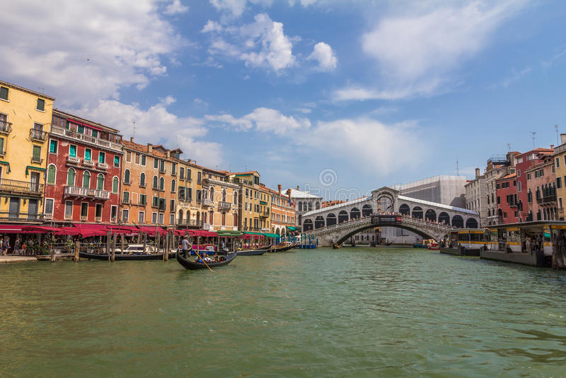 Realto bro - Grand Canal i Venedig Italien arkivfoton