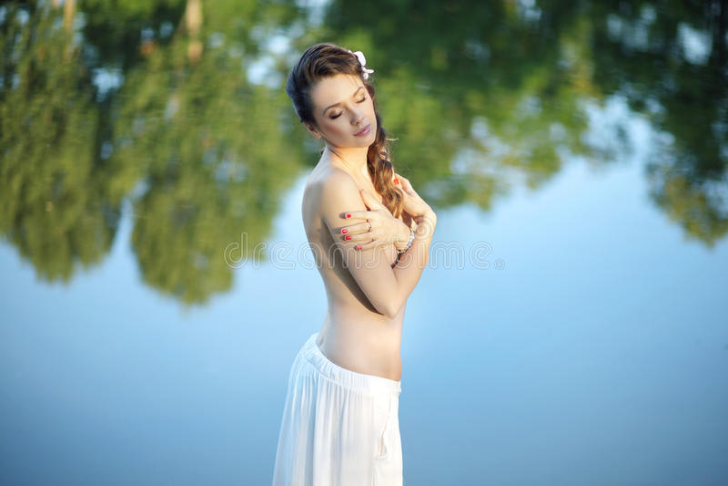 Realxed kvinna som tycker om naturen royaltyfri bild
