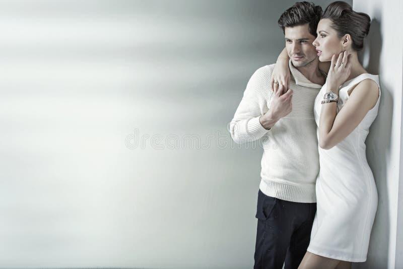 Realxed par som vilar i det tysta stället royaltyfri bild