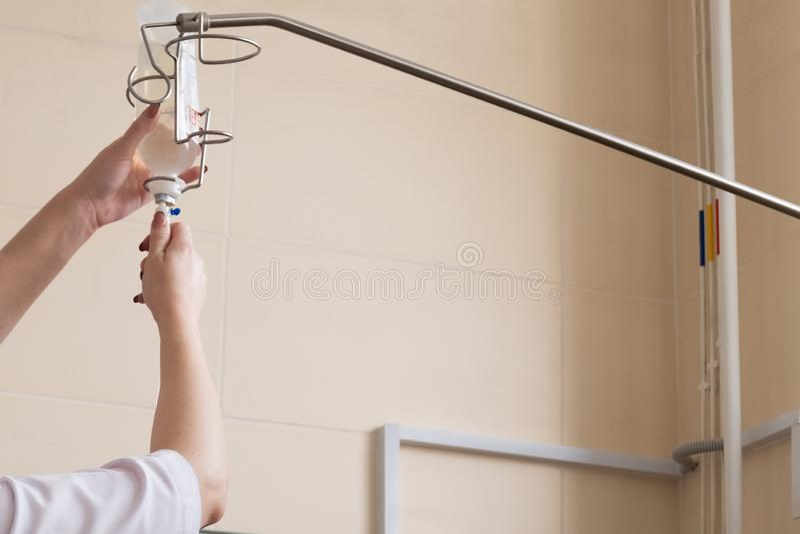 Reanimatieruimte in het ziekenhuis Close-up van vrouwelijke handen van medische arbeider De verpleegster sluit een druppelbuisje  stock afbeeldingen