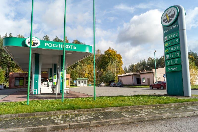 Reaprovisionamiento de combustible en la frontera de la región de Kaliningrado y del nea de Polonia foto de archivo libre de regalías