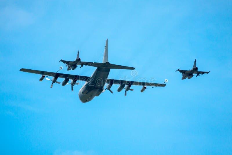 Reaprovisionando a dos cazas a reacción de combustible durante el vuelo imágenes de archivo libres de regalías