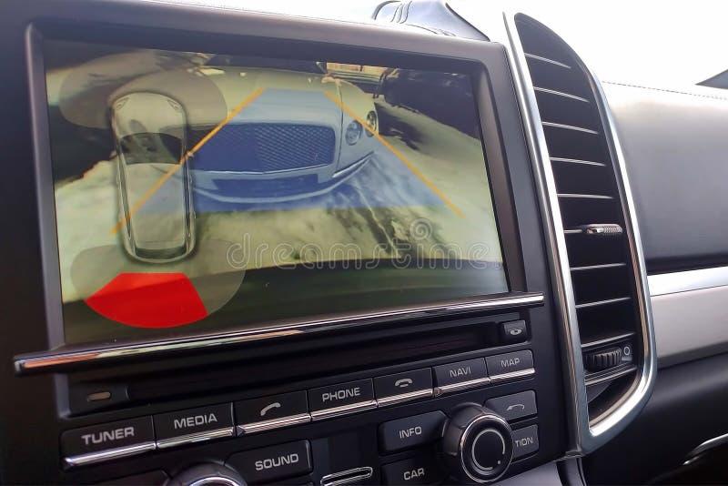 Rearview camera met dynamische baan draaiende lijnen en parkerende medewerker De systemen van de bestuurdershulp voor parkeren Me stock afbeelding