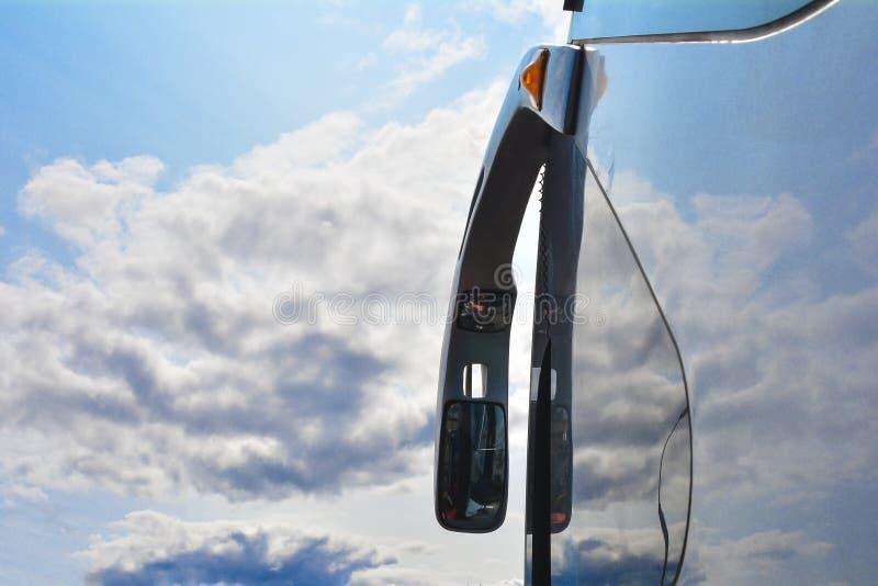 Rearview lustro w autobusie Niebo w tle zdjęcia royalty free