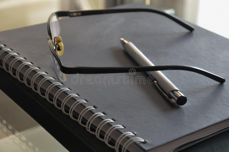 Reasearch para vidros e lápis do trabalho imagens de stock