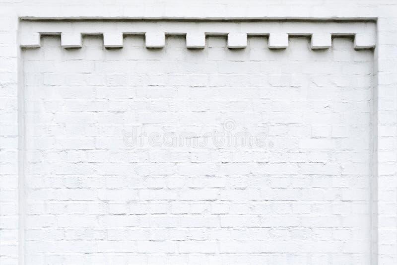 Rebaixo de uma parede de tijolo branca fotos de stock