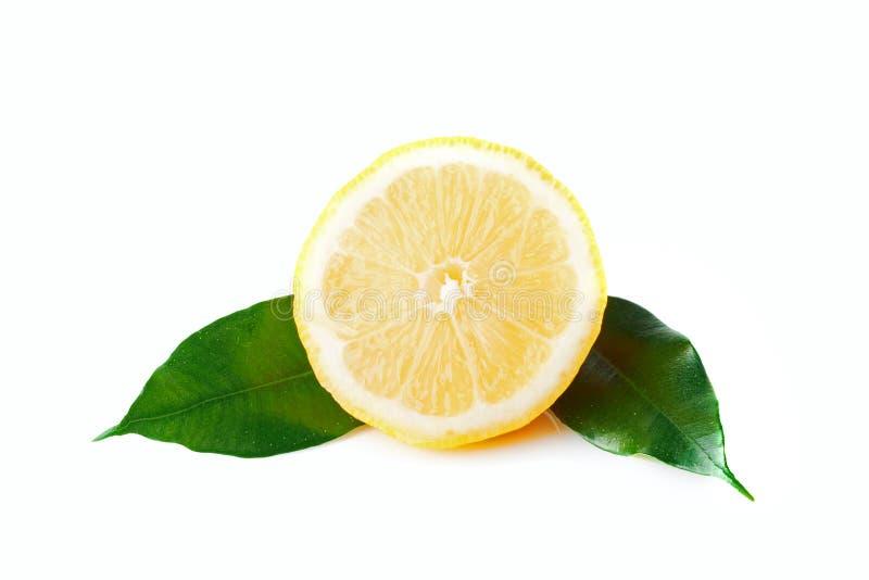 Rebanada aislada de limón con dos hojas foto de archivo