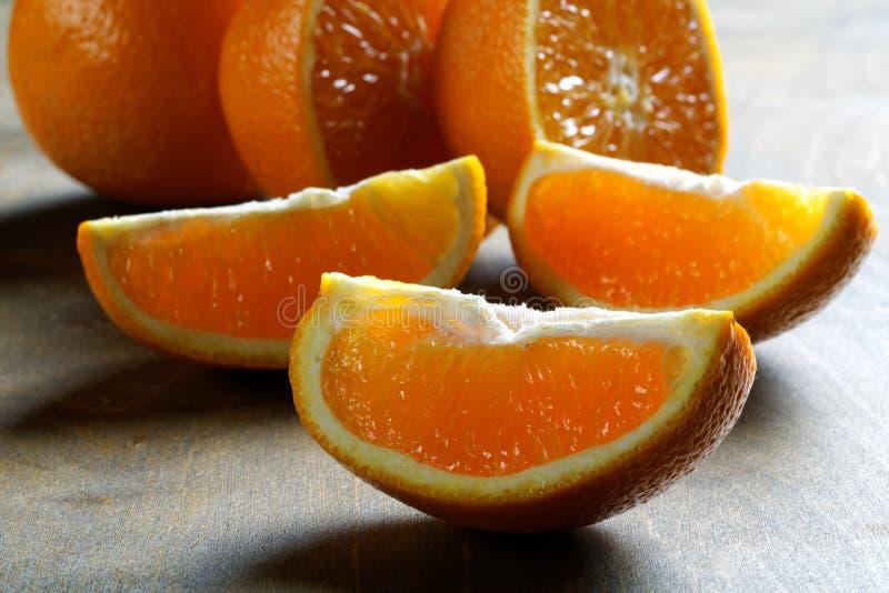Rebanada anaranjada en la tabla foto de archivo