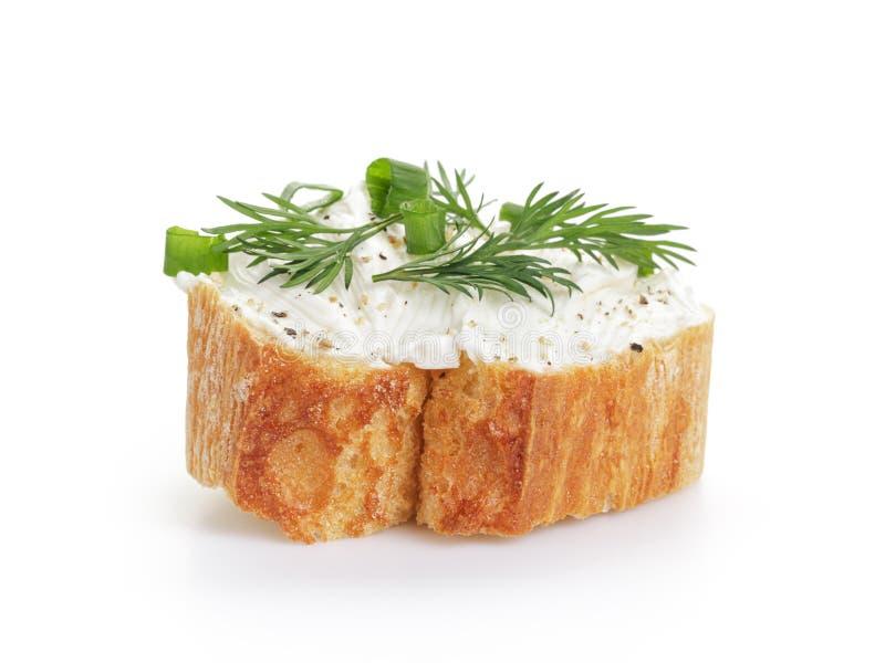 Rebanada crujiente del baguette con el queso cremoso y las hierbas fotos de archivo libres de regalías