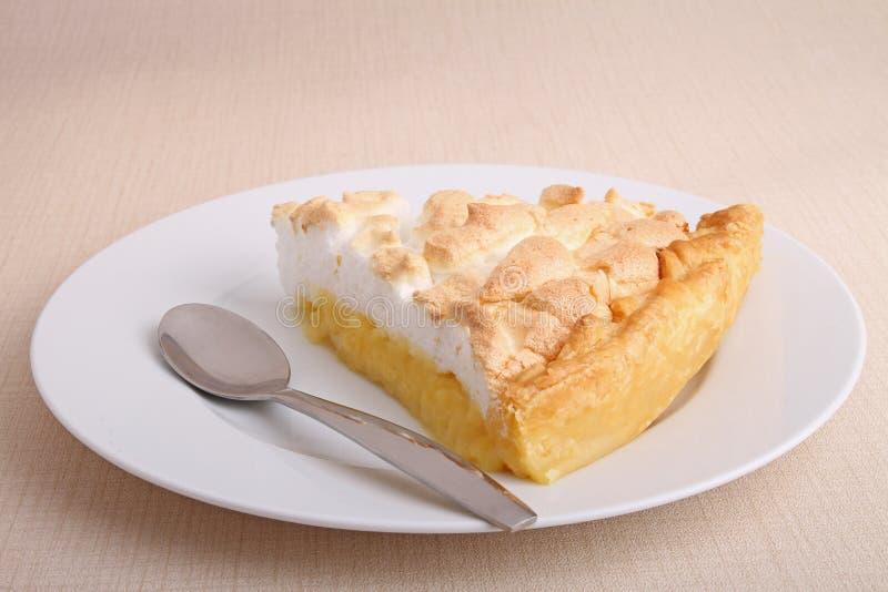 Rebanada de empanada de merengue de limón fotos de archivo libres de regalías