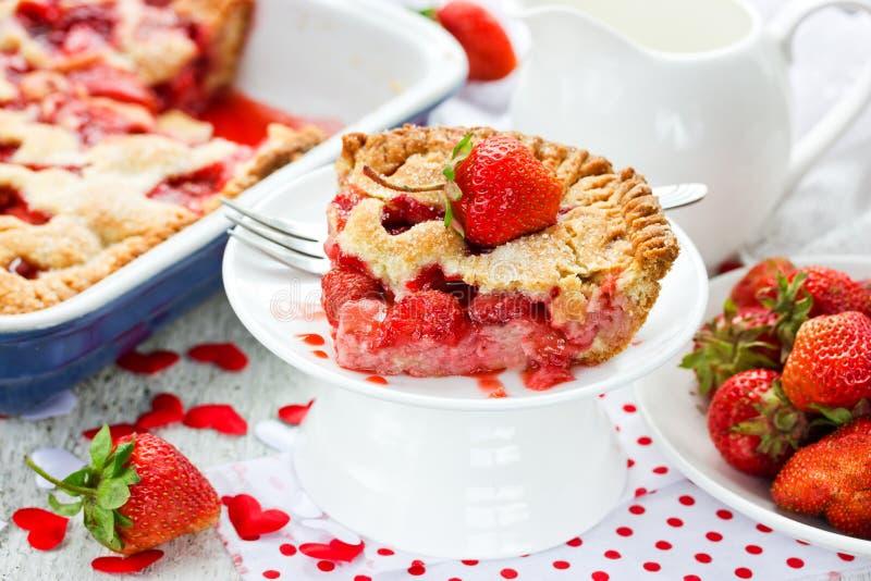 Rebanada de empanada jugosa de la fresa en una placa blanca Strawber del día de fiesta fotografía de archivo