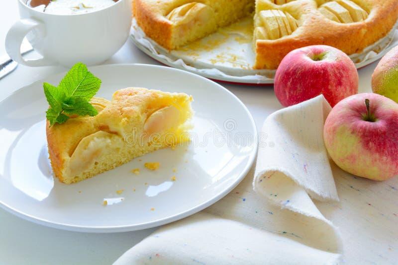 Rebanada de empanada de manzana hecha en casa en la placa blanca Concepto del tiempo del té imagenes de archivo