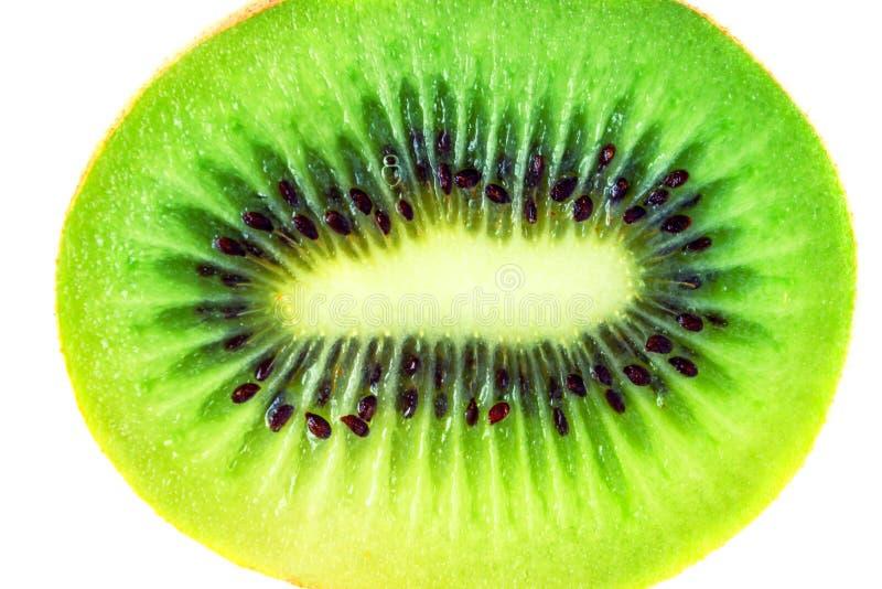 Rebanada de fruta de kiwi fresca aislada en el fondo blanco imagenes de archivo