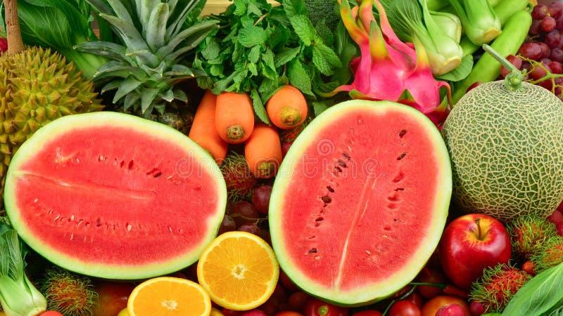 Rebanada de la sandía con las frutas del grupo y las verduras frescas imagenes de archivo