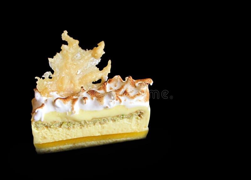 Rebanada de la torta del limón y del pistacho con la decoración del caramelo fotos de archivo