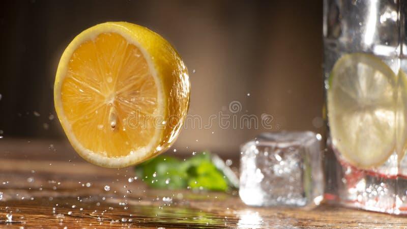 Rebanada de limón en una tabla de madera con salpicar el agua fotos de archivo libres de regalías