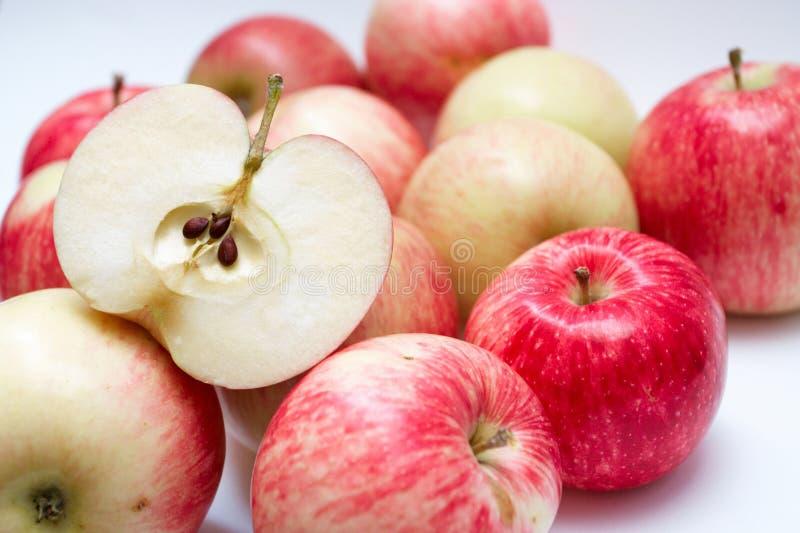Rebanada de manzana jugosa imagenes de archivo