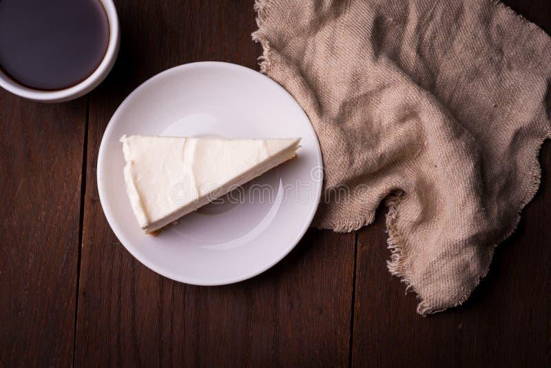 Rebanada de pastel de queso con café foto de archivo