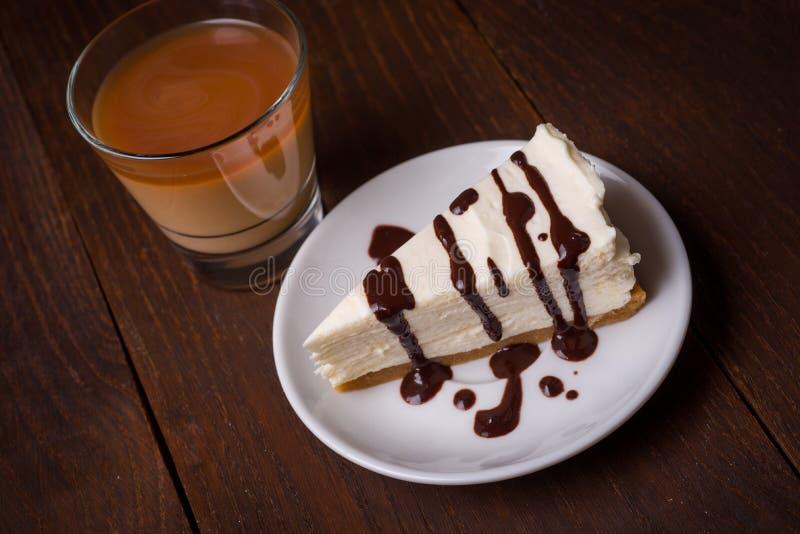 Rebanada de pastel de queso con café imágenes de archivo libres de regalías