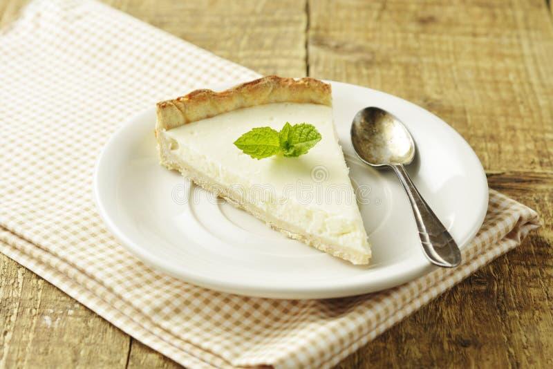 Rebanada de pastel de queso llano en la tabla de madera Postre hecho en casa fotos de archivo