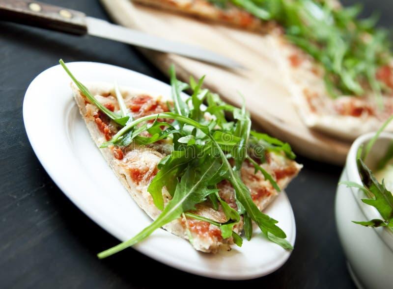 Rebanada de pizza Margherita con Arugula imagen de archivo