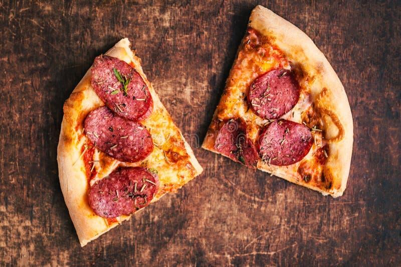 Rebanada de pizza original clásica italiana fresca con el queso mozzar fotografía de archivo libre de regalías