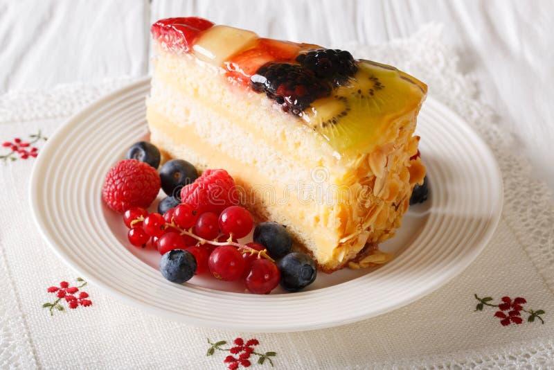 Rebanada de primer de la torta de la jalea de fruta en una tabla horizontal imágenes de archivo libres de regalías