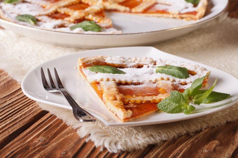 Rebanada de tarta italiana con el primer del albaricoque horizontal imagenes de archivo