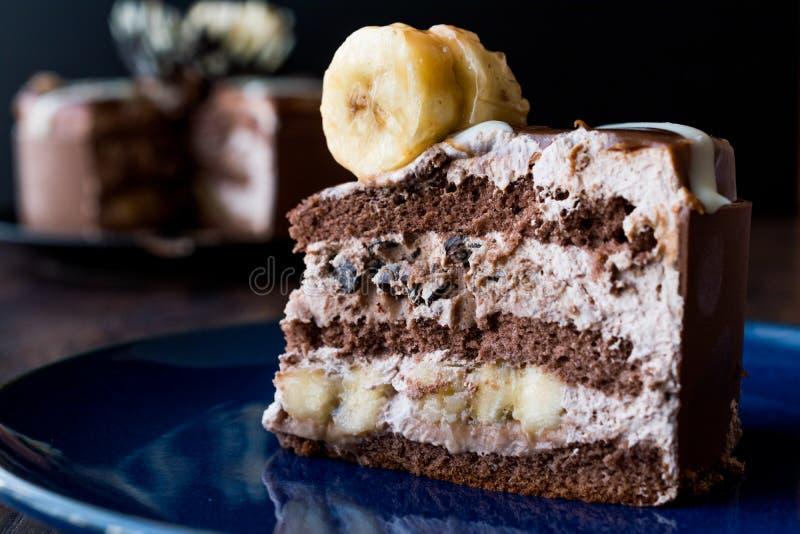 Rebanada de torta de chocolate con el plátano fotos de archivo