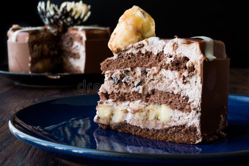 Rebanada de torta de chocolate con el plátano foto de archivo