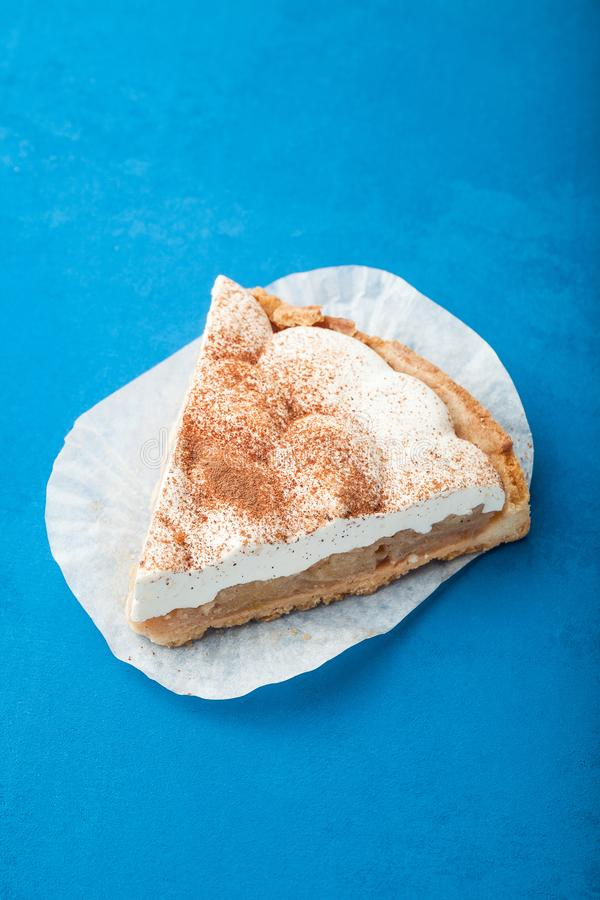Rebanada de torta con poner crema, preparada, primer fotografía de archivo