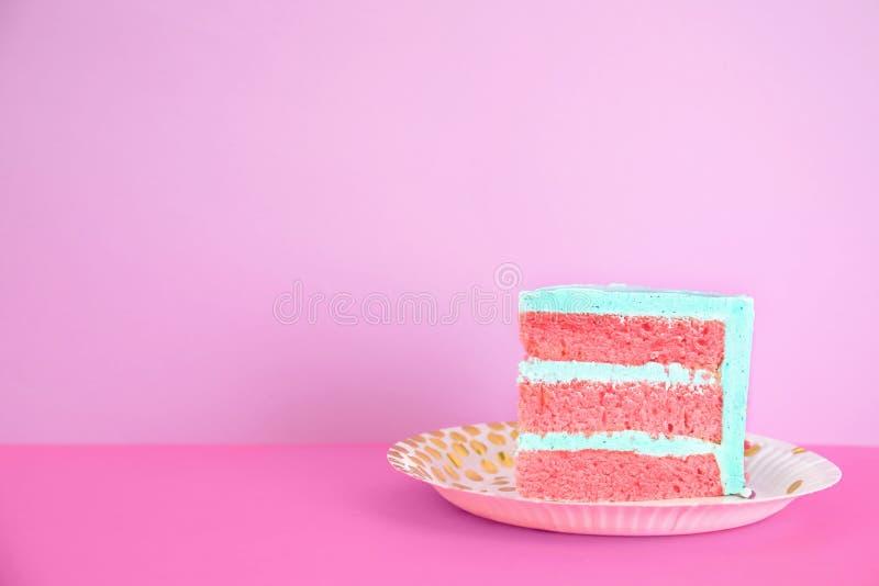 Rebanada de torta de cumpleaños deliciosa fresca en la tabla contra fondo del color imagen de archivo