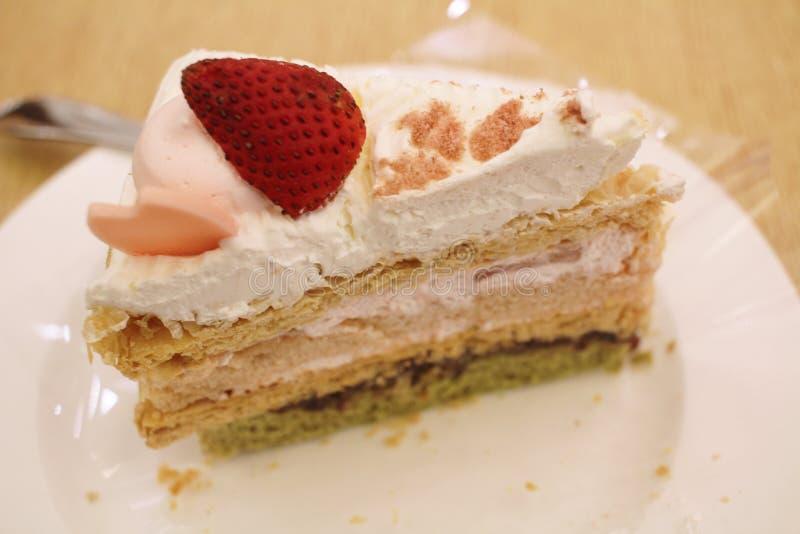 Rebanada de torta de la fresa en una placa blanca imagen de archivo libre de regalías