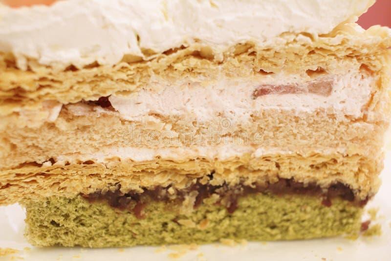 Rebanada de torta de la fresa en una placa blanca foto de archivo libre de regalías
