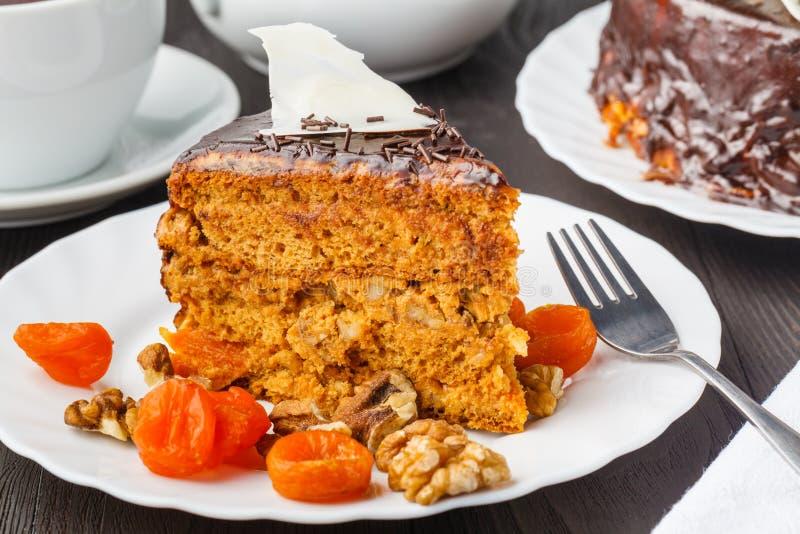 Rebanada de torta de miel acodada Torta rusa Medovik con las nueces imagen de archivo libre de regalías