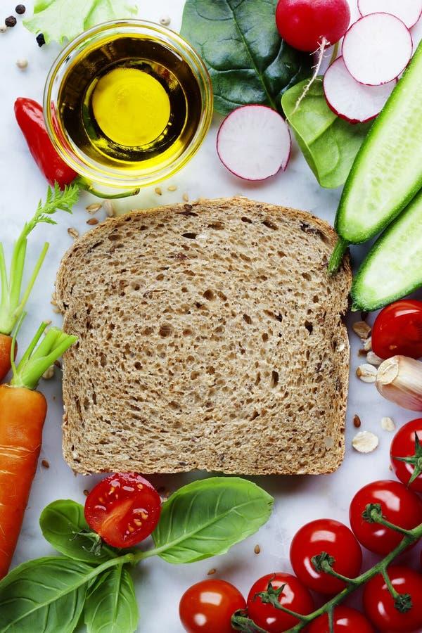 Rebanada de un pan del trigo integral y de una comida sana imagen de archivo libre de regalías